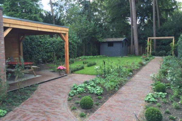 Nieuw gebakken klinkers in de tuin met een heerlijke veranda